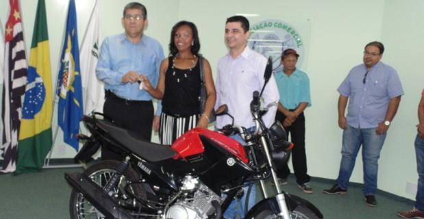 Associação Comercial entregou motocicleta a Maria Ozilene